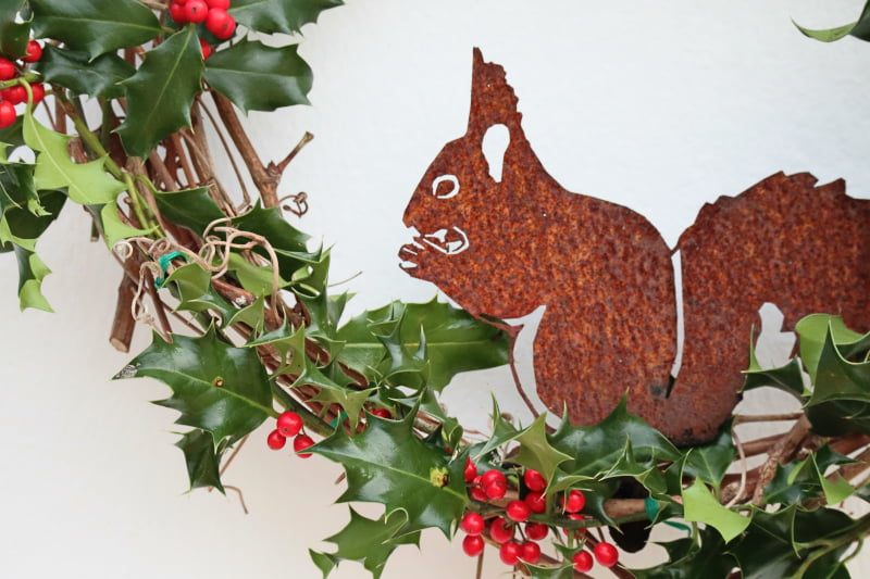 Tuto facile couronne de Noël - Ecureuil corten sur sarment de vigne