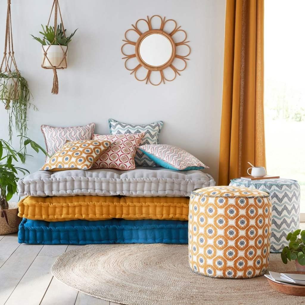 Des coussins et des rideaux ocres et bleus