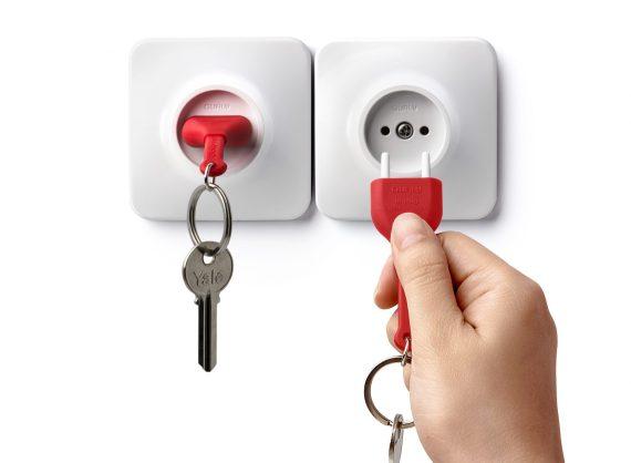 chaveiro em forma de tomada com porta chaves vermelho