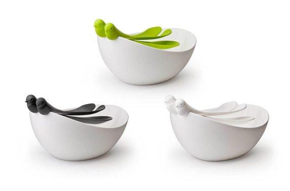 saladeira branca com colheres em forma de pássaros em três cores