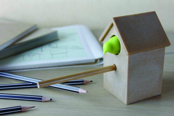 afia em forma de casa de cuco castanha com pássaro verde