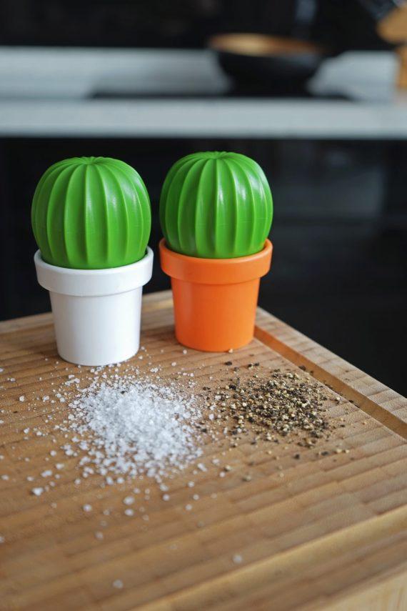 moinhos para sal em forma de cacto laranja branco e verde