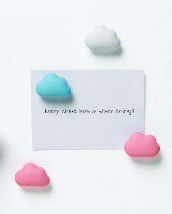 imanes em forma de nuvens rosa e azul