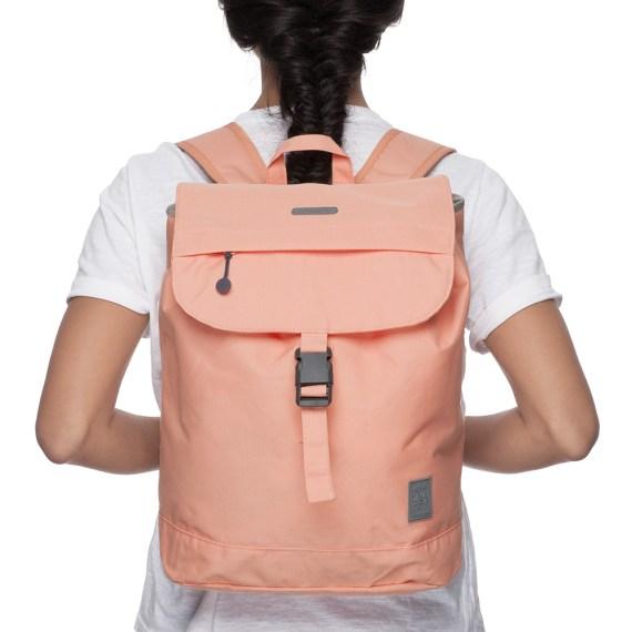 small flap mochila pêssego em utilização
