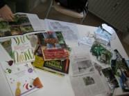 Ein Infotisch mit Biogartenhbüchern und alten Zeitungsartikeln über die Anfänge des Projekts