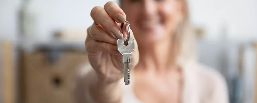 Woman holding a pair of keys.