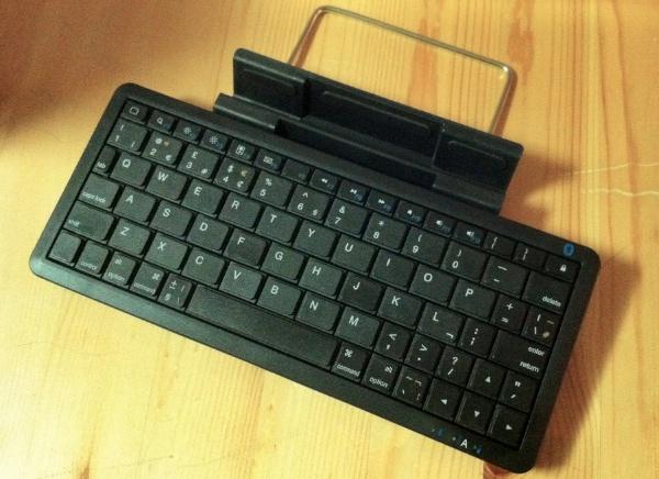 Xenta Mini Bluetooth Keyboard with iPad stand