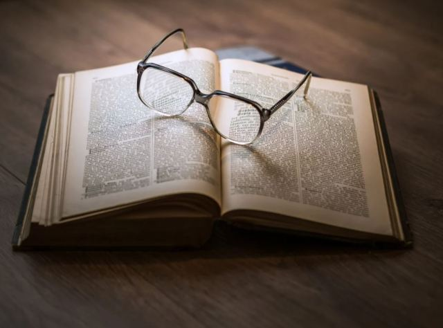 https://pixabay.com/photos/knowledge-book-library-glasses-1052010/