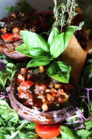 Portobellos mit Balsamico Essig Ratatouille gefüllt