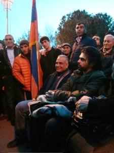 Hovhanissian sentado à esquerda
