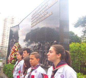 Escoteiros armlênios em frente ao monumento
