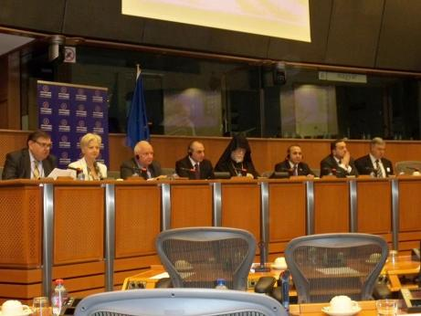 Presidente Bako Sahakyan (centro) com Sua Santidade Aram I e a delegação da Armênia em meio à delegação europeia e armênia