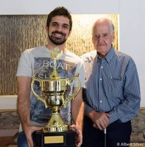 Sevag recebendo o troféu das mãos de Luciano Nilo de Andrade