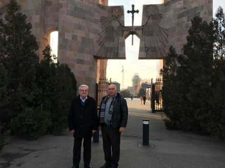 Natalini (esq) e Kevork Zadikian na entrada da Catedral de Etchmiadzin