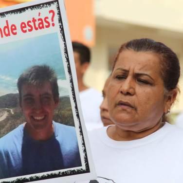 Decenas de colimenses recorrieron algunas de las principales calles de la capital para exigir la aparición de sus familiares.