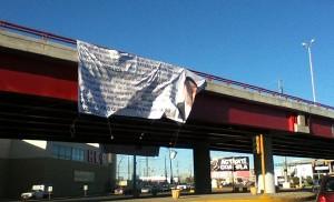 La manta colgada en Piedras Negras. Foto: Estado Mayor