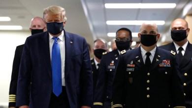 Foto de Donald Trump usa cubrebocas en público por primera vez para visitar un hospital militar (VIDEO)