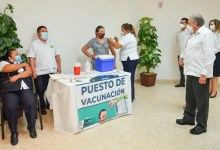 Foto de Gobernador y esposa atestiguan arranque de campaña de vacunación contra influenza
