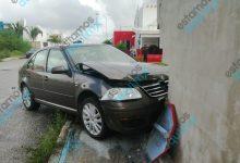 Foto de Choque termina con dos coches dentro de predio en Los Héroes