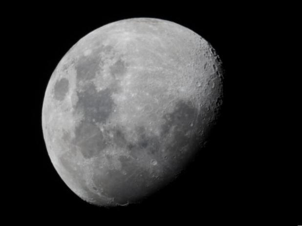 La Tierra crea agua en la superficie lunar