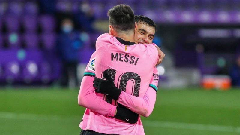 Messi-Pedri: un abrazo de mil palabras