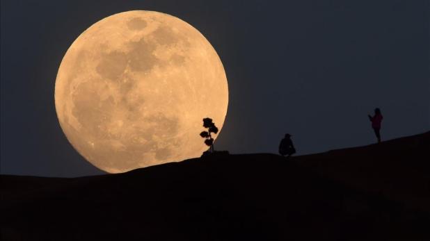 La superluna, vista desde Los Ángeles (EEUU).