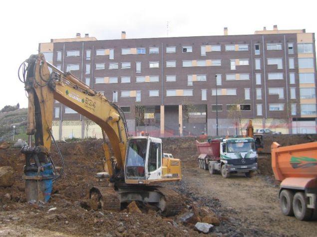 Maquinaria de construcción iniciando unas obras en un solar. (Imagen: ARCHIVO) 20minutos.es
