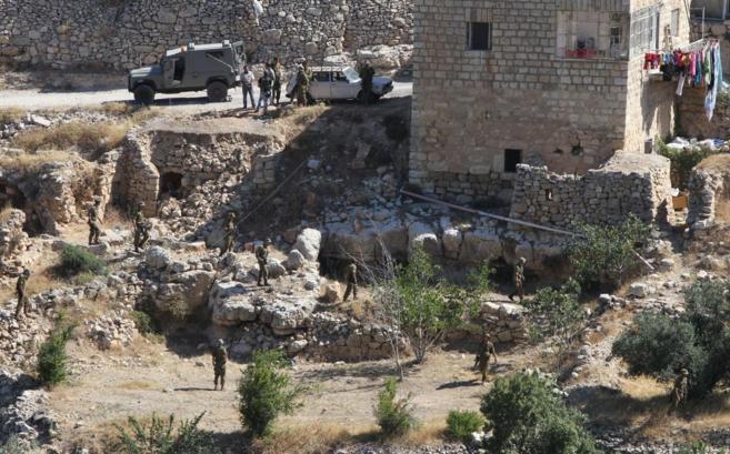 Efectivos del Ejército israelí en uno de los registros en el pueblo...