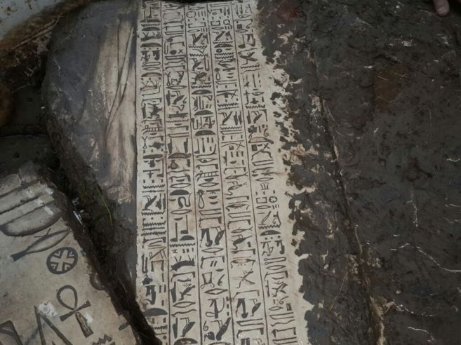 Bloques de piedra con inscripciones jeroglíficas.
