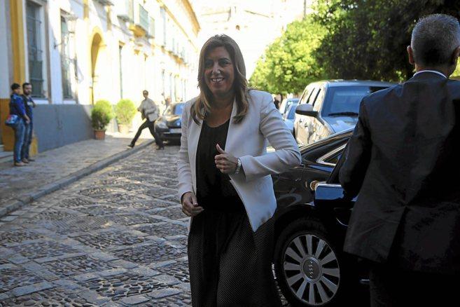 Susana Díaz sale de su coche oficial para acudir a una visita en...