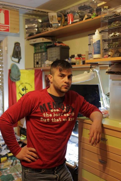 Iván Ramos posa en su habitación del domicilio familiar en Madrid.