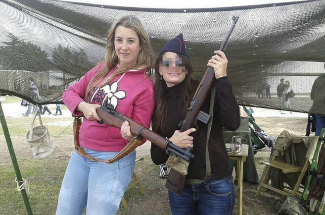 Esther Platero posa con un rifle junto a una amiga en una imagen de su...