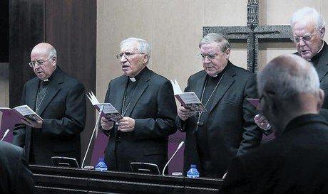 De izquierda a derecha, Ricardo Blázquez, Antonio María Rouco Varela, Lluís Martínez Sistach y el cardenal Carlos Amigo, ayer en la asamblea.