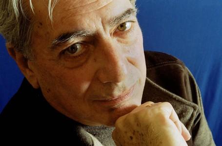 Mario Vargas Llosa, retratado por Daniel Mordzinski en el 2001.