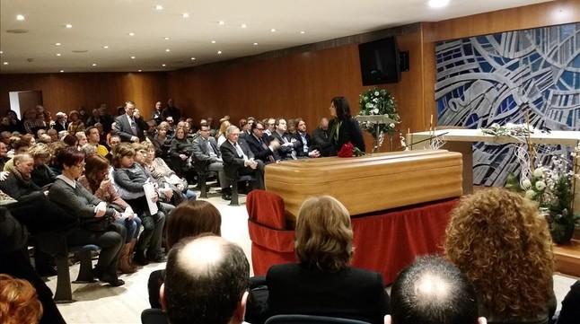 Entierro del líder vecinal Manuel Martínez, al que han acudido, entre numerosos familiares, amigos y políticos, el exalcalde Jordi Hereu y el alcalde Xavier Trias.