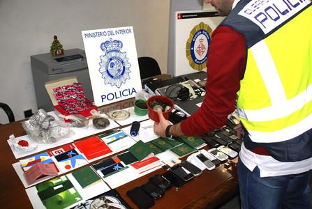 Material intervenido en la operación policial que ha culminado con 17 detenidos de una red que introducía en España a nigerianas para explotarlas sexualmente.