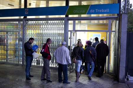 Varias personas hacen cola ante una oficina de empleo de la Generalitat, el pasado octubre en Terrassa.