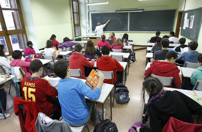 Un grupo de alumnos asisten a una clase, en un instituto de Madrid. Imagen de archivo.