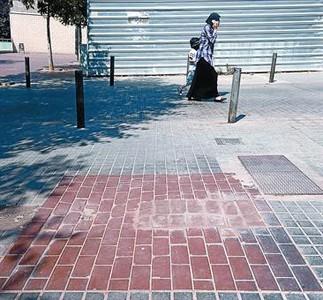 Desaparecidos 8Lugar en el que Ayuntamiento de Badalona ha retirado una fuente y algunos bancos, ayer.