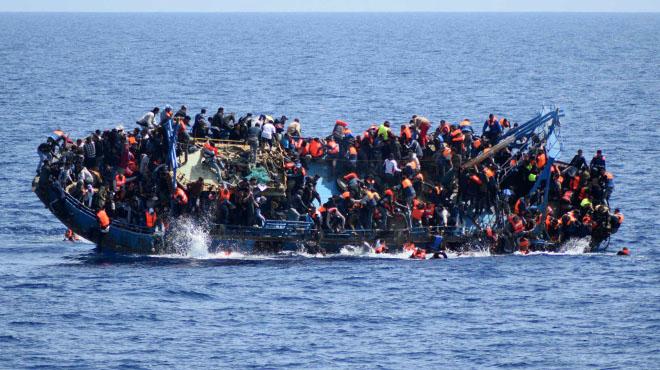 El buque 'Bettica' de la Marina italiana rescata a 550 inmigrantes frente a las costas de Libia.