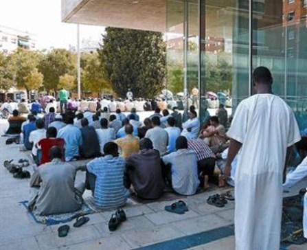 Miembros de la comunidad musulmana de Al Huda rezan ante el Ayuntamiento de Mollet, ayer por la tarde. JOSEP GARCÍA