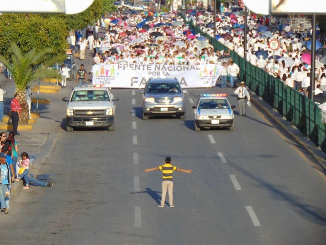Un niño se planta en México para frenar una multitudinaria marcha antihomosexuales