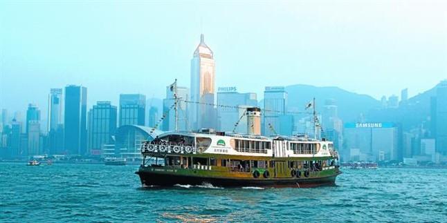 La isla de Hong Kong vista desde uno de los transbordadores de la compañía Star Ferry, que la unen a la península de Kowloon. XAVIER MORET