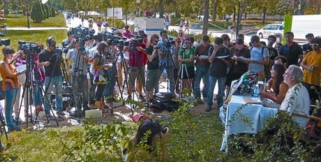 La rueda de prensa que los indignados celebraron ayer en la Ciutadella.