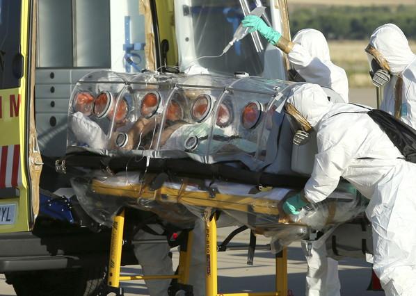 Efectivos de sanidad proceden al traslado de Miguel Pajares, este jueves a su llegada a Madrid.