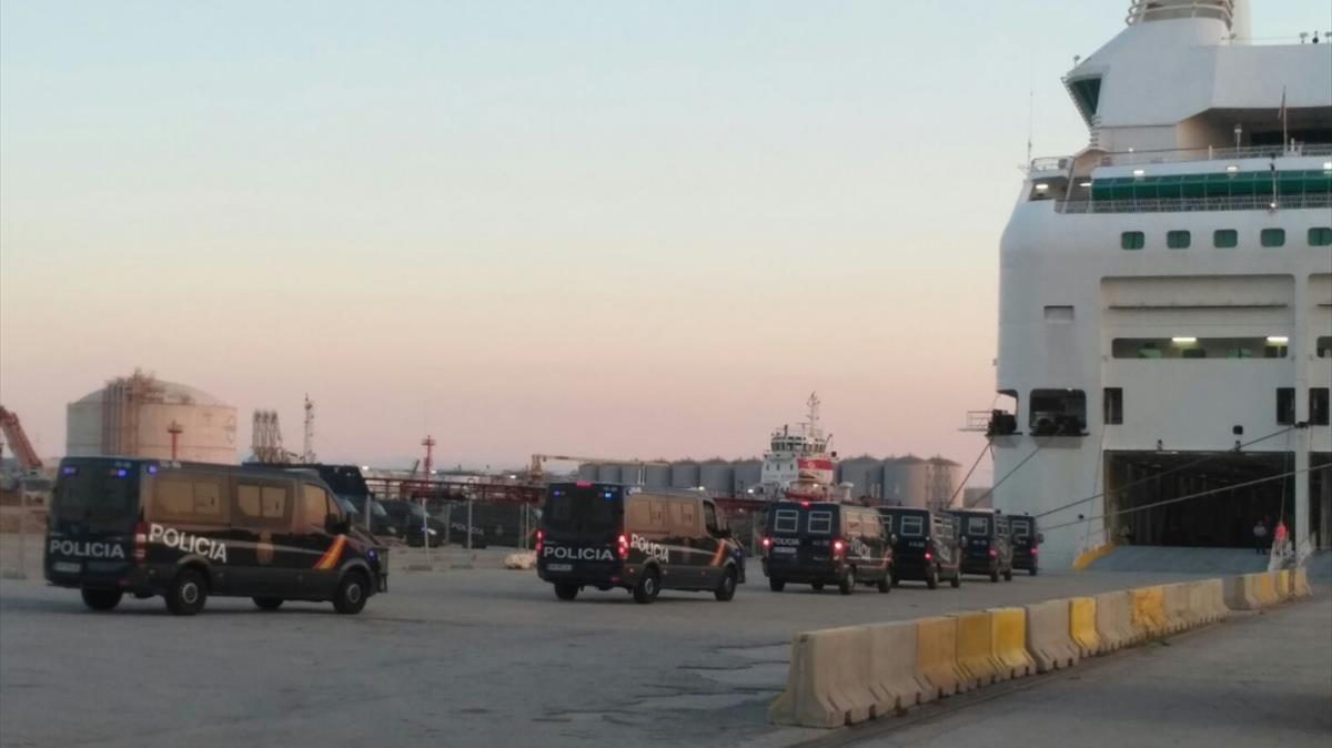 Image result for CNT furgonetas de policia entran en crucero Barcelona
