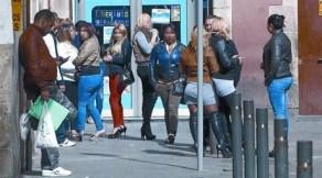Un grupo de prostitutas ejerce, ayer, en la calle Robador del Raval