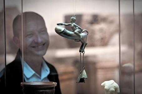 Xabier Llovera, director del Museu d'Arqueologia de Catalunya, admira el 'Falo de Sasamón', extraordinaria pieza de bronce y con supuestos poderes contra el mal de ojo.