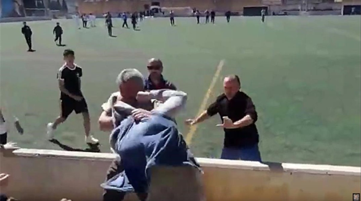 Resultado de imagen de peleas padres deporte base
