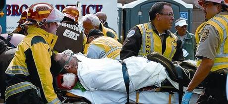 Un ferit és traslladat a una ambulància per ser portat a un hospital, ahir, a Boston.